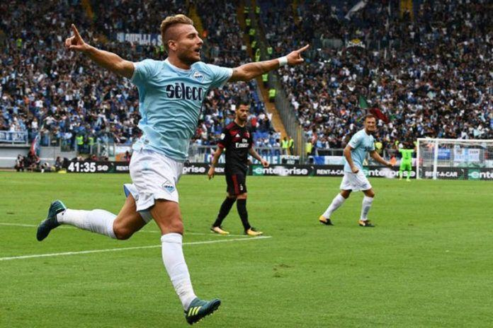 Striker Lazio, Ciro Immobile, merayakan gol ke gawang AC Milan pada laga di Stadio Olimpico, Minggu (10/9). (AFP/Vincenzo Pinto)