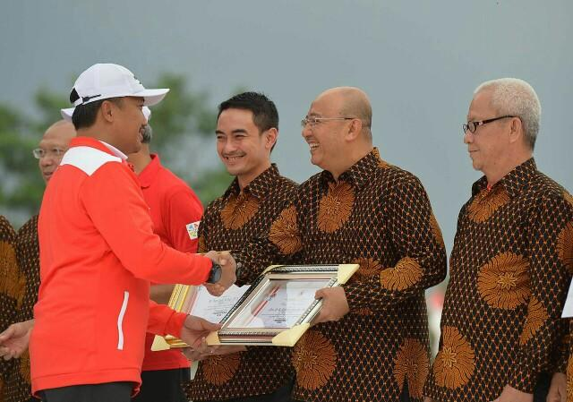 Foto: Walikota Medan Drs H T Dzulmi Eldin S MSi menerima penghargaan dari Menteri Olahraga (Menpora) Republik Indonesia, Imam Nahrawi.