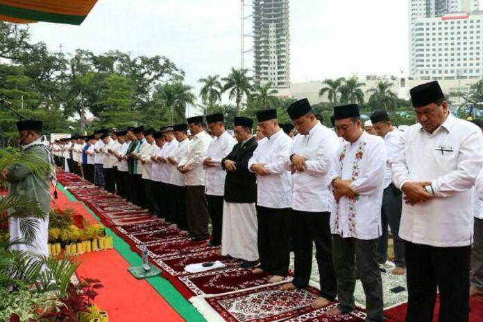 Foto: Ribuan Umat Islam Sholat Idul Adha 1438 H di Lapangan Merdeka