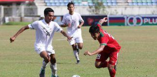 Foto: Bek Timnas Indonesia U-19, Firza Andika, berusaha melewati pemain Thailand U-19 pada laga Piala AFF U-18 di Stadion Thuwanna, Yangon, Jumat sore (15/9).