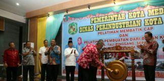Foto: Asisten Umum Ikhwan Habibi Daulay membuka secara resmi Gebyar Produk Industri kecil Menengah (IKM) dan Seni Kreatif Kota Medan tahun 2017 di Semba Garden Jalan Bunga Mawar/Sembada, Medan Selayang, Sabtu (9/9).