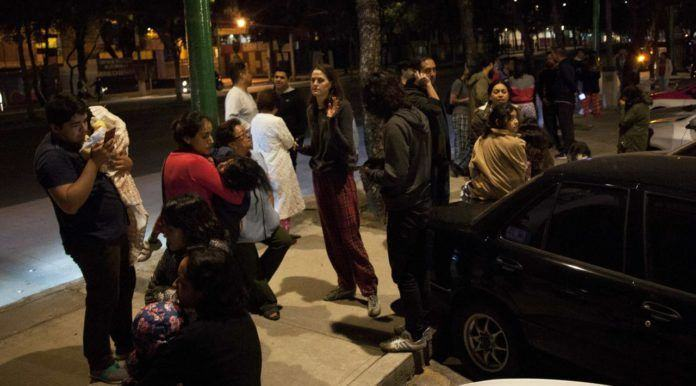 Sejumlah warga berkumpul di jalan saat terjadi gempa bumi di pusat kota Mexico City (7/9). Gempa berkuatan 8,0 skala richter (SR) terjadi Kamis malam di Mexico City. (AFP Photo/Pedro Padro)