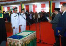 Foto: Gubernur Aceh Irwandi Yusuf melantik Nazaruddin dan Drs Suradji Junus, selaku Walikota dan Wakil walikota Sabang Periode 2017-2022 di Gedung Serbaguna, Senin (18/9).