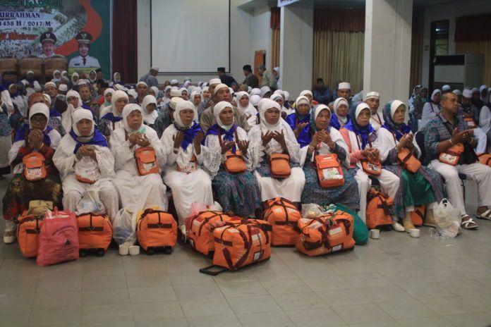 Foto: Sebanyak 388 jemaah haji Kelompok Terbang (Kloter) 06 Debarkasi Medan tiba dengan selamat di Bandara Kualanamu Deliserdang, Selasa (12/9).