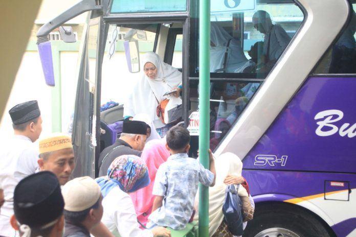 Foto: Jemaah haji Kelompok Terbang (Kloter) 07 Debarkasi Medan saat tiba di Asrama Haji Medan