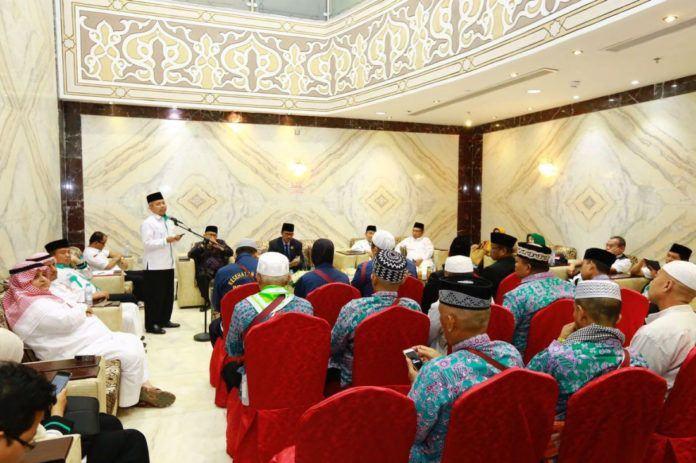 Foto: Dirjen Penyelenggaraan Haji dan Umrah Nizar Ali lepas jemaah kloter 01 Embarkasi Medan (MES 01) kembali ke Tanah Air, Rabu (6/9).