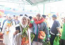 Foto: Sebanyak 392 jemaah haji Kelompok Terbang (Kloter) 13 Debarkasi Medan tiba di tanah air dengan selamat. Kloter 13/MES tiba di Bandara Kualanamu Deli Serdang, Rabu (20/9) pukul 06.22 WIB.