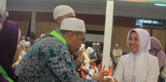 Foto: Wagub Sumut Nurhajizah Marpaung menyambut kedatangan jemaah haji Kelompok Terbang (Kloter) 01 Medan di Asrama Haji Medan.