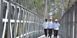 Foto: Presiden Jokowi mencoba Jembatan Gantung Krinjing dan Mangunsuko di Kecamatan Dukun, Kabupaten Magelang, Jawa Tengah, Senin (18/9).