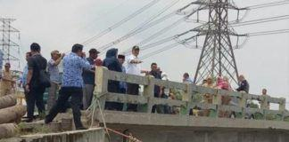 Foto:Walikota Medan Drs H T Dzulmi Eldin S MSi meninjau jembatan titi dua di Jalan Sicanang, Kelurahan Belawan Sicanang, Kecamatan Medan Belawan, Senin (18/9).