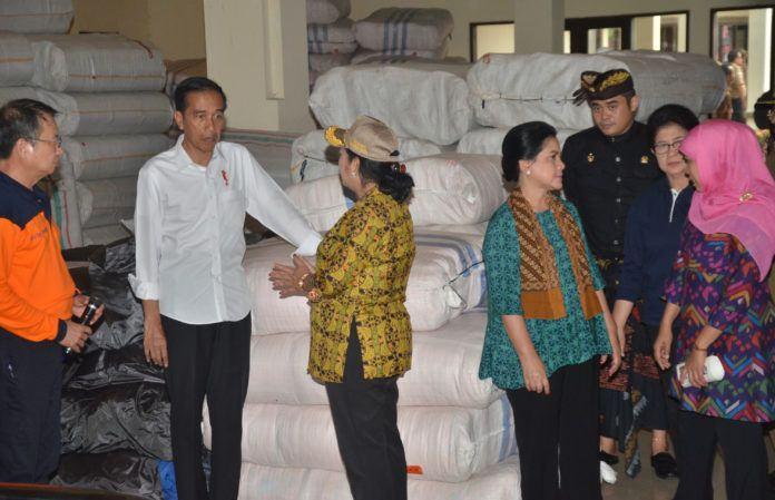 Foto: Mensos Khofifah Indar Parawansa berbincang dengan Ibu Negara Iriana saat mendampingi Presiden Jokowi meninjau logistik pengungsi Gunung Agung, di Kab. Karangasem, Bali, Selasa (26/9) kemarin.