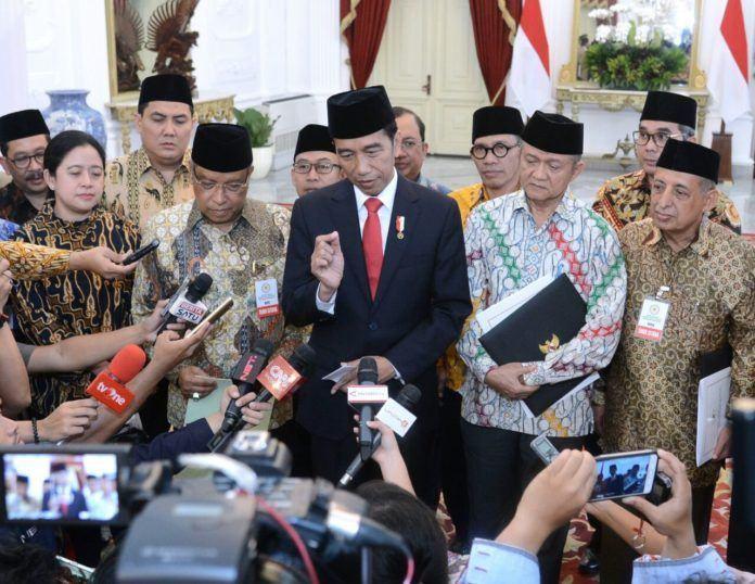 Foto: Presiden Jokowi didampingi pimpinan Ormas Islam menyampaikan keterangan pers, di Istana Merdeka, Jakarta, Rabu (6/9).