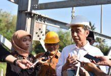 Foto: Presiden Jokowi menjawab wartawan yang mencegatnya usai meresmikan Jembatan Gantung, di Kecamatan Dukun, Kabupaten Magelang, Jawa Tengah, Senin (18/9).