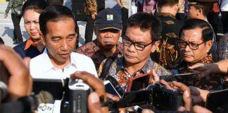 Foto: Presiden menjawab pertanyaan wartawan usai meresmikan ruas jalan tol di Gerbang Tol Mojokerto, Kabupaten Mojokerto, Provinsi Jawa Timur, Minggu (10/9)