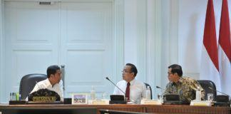 Foto: Presiden Jokowi berdiskusi dengan Mensesneg dan Seskab di sela-sela rapat terbatas, di Kantor Presiden, Jakarta, Selasa (12/9).