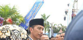 Foto: Presiden Jokowi menjawab pertanyaan wartawan di sela-sela kunjungan ke Pasar Baru, Banjarmasin, Kalimantan Selatan, Jumat (15/9).