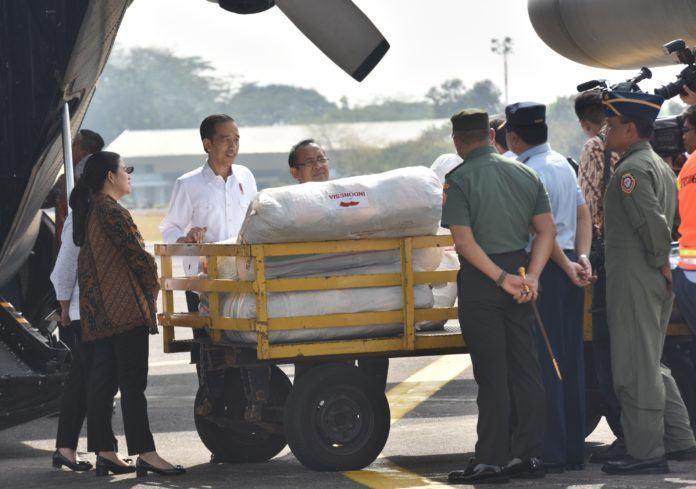 Foto: Presiden Jokowi melepas keberangkatan 4 pesawat Hercules dari Pangkalan TNI AU Halim Perdanakusuma, Jakarta, Rabu (13/9).
