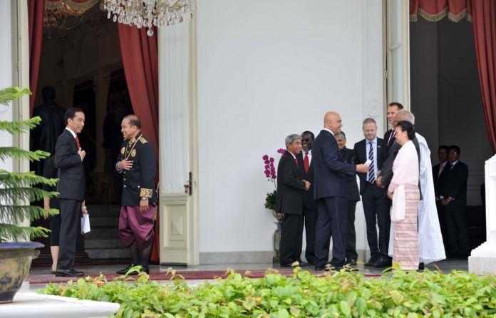 Foto: Presiden Jokowi berbincang dengan salah satu Dubes yang telah menyerahkan surat kepercayaan, di belakang Istana Merdeka, Jakarta, Selasa (12/9).
