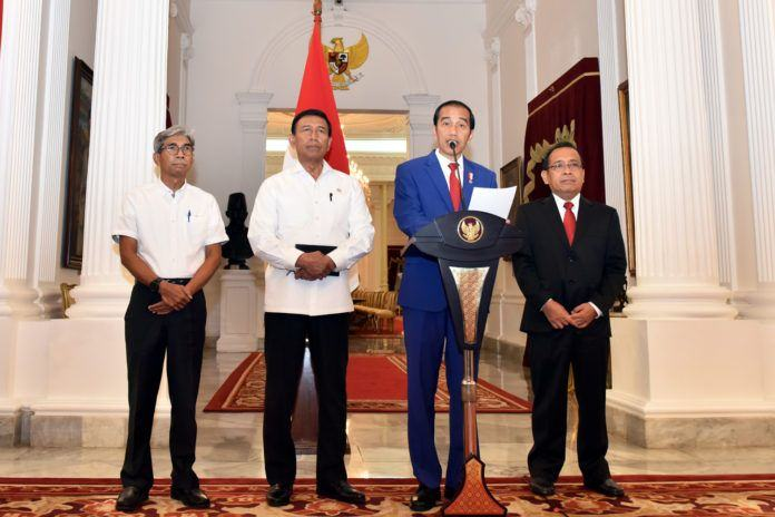 Foto: Presiden Jokowi saat menyampaikan pernyataan pers di Istana Merdeka, Jakarta, Minggu (3/9) malam.