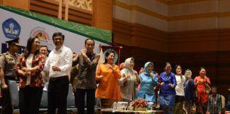 Foto: Presiden Jokowi senam bersama pada penutupan Pelatihan Akbar bagi guru Pendidikan Anak Usia Dini (PAUD) se-DKI Jakarta, di Jakarta Islamic Center, Koja, Jakarta, Rabu (20/9).