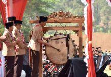 Foto: Presiden Jokowi memukul bedug tanda dimulainya pembukaan PERWIMANAS II, di lapangan tembak Akademi Militer, Magelang, Jawa Tengah, Senin (18/9).