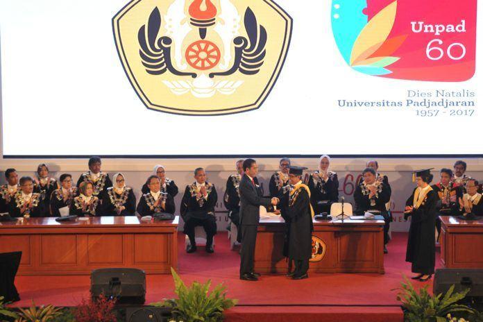 Foto: Presiden Jokowi menyalami Rektor Unpad Try Hanggono Ahmad, saat menghadiri Dies Natalis Universitas Padjajaran ke-60, di Bandung, Jabar, Senin (11/9).