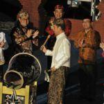 Foto: Presiden Jokowi didampingi Mensesneg dan Gubernur Jabar memukul bedug sebagai tanda penutupan Festival Keraton Nusantara XI, di Cirebon, Jabar, Senin (18/9) malam.