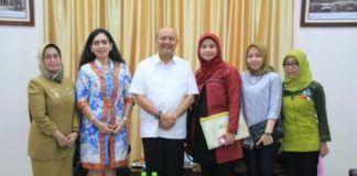 Foto: Walikota Medan Drs H T Dzulmi Eldin S MSi menerima kunjungan Pimpinan Klinik Pratama Anata Kasih, Dr Ameta Primasari T didampingi sejumlah pengurus lainnya di rumah dinas Jalan Sudirman Medan, Senin (4/9).