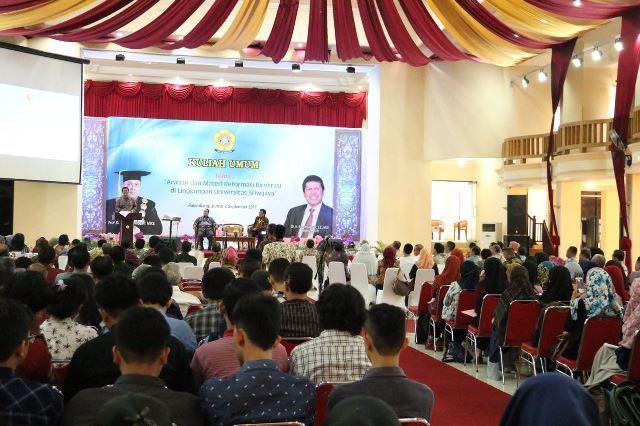 Foto: Menteri Pendayagunaan Aparatur Negara dan Reformasi Birokrasi Asman Abnur saat memberikan kuliah umum di Universitas Sriwijaya, Palembang, Jumat (8/9).