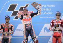 Marc Marquez merayakan kemenangan MotoGP Aragon di podium juara. (AFP PHOTO / JOSE JORDAN)