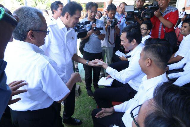 Foto: Menteri Asman Abnur berbincang-bincang dengan peserta Seleksi kompetensi Dasar (SKD) CPNS Kementerian Hukum dan HAM di Bali, Senin (11/9.