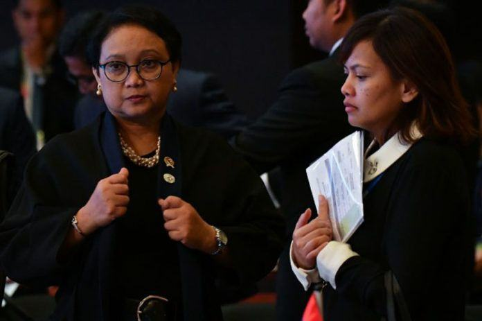 Menlu Retno Marsudi dalam pertemuan ASEAN di Manila, Filipina Agustus 2017 lalu (Foto: AFP).