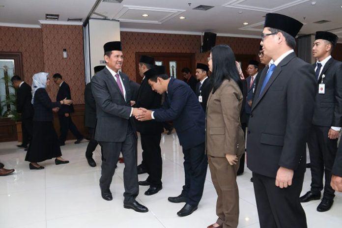Foto: Menteri Asman Abnur menyalami para pejabat Kementerian PANRB yang dilantik, Senin (4/9).