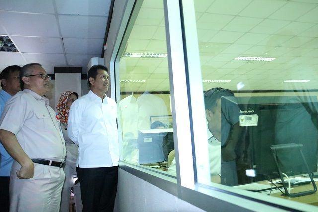 Foto: Menteri Asman didampingi Deputi Bidang Sistem Informasi Kepegawaian BKN Iwan Hermanto saat meninjau pelaksanaan SKD dengan sistem CAT di BKN Pusat, Jakarta, Selasa (12/9).