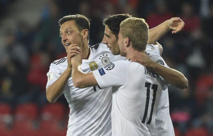 Foto: Mesut Oezil merayakan gol yang dicetaknya bersama rekan-rekannya. (AFP PHOTO / Michal Cizek)