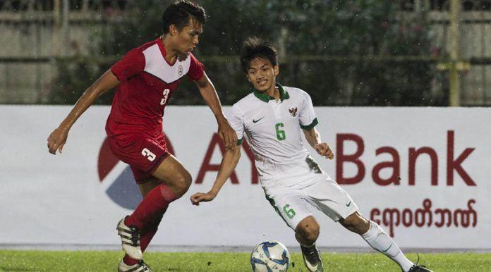 Gelandang Timnas Indonesia U-19, Muhammad Iqbal, berebut bola dengan pemain Filipina U-19 pada laga Piala AFF U-18 di Stadion Thuwanna, Myanmar, Kamis (7/9). Indonesia menang 9-0 atas Filipina. (AFP/Ye Aung Thu)