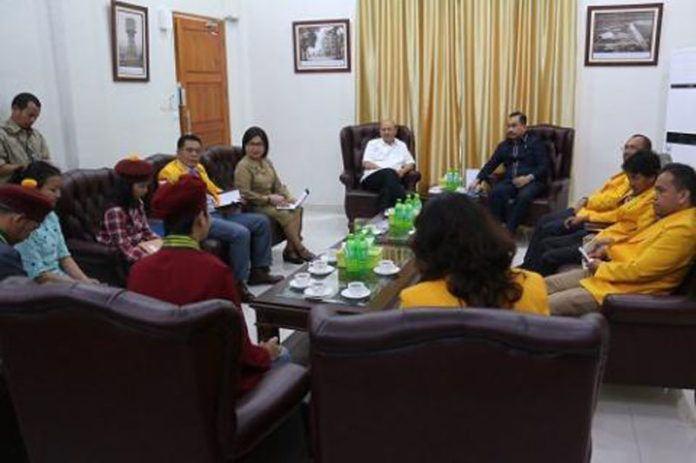 Foto: Walikota Medan Drs H T Dzulmi Eldin S MSi menerima audiensi pengurus Dewan Pimpinan Daerah Ikatan Sarjana Katolik (DPD ISKA) Sumut di rumah dinas Jalan Sudirman Medan, Senin (4/9).