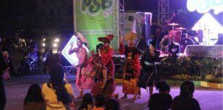 "Foto: Tarian etnis khas batak ""sigale-gale"" mampu menghibur pengunjung yang hadir memadati Panggung Seni dan Budaya ""PSB"" Kota Medan, Sabtu (16/9) malam."