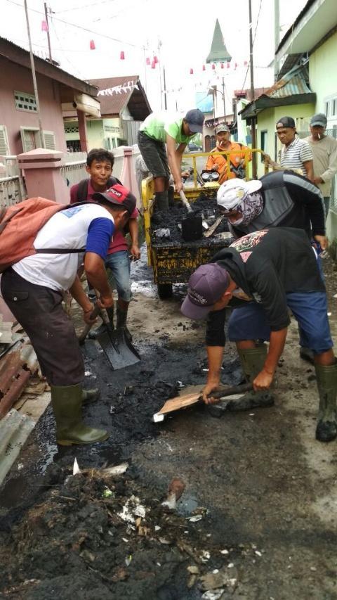 Foto: Petugas Penanganan Prasarana dan Sarana Umum (P3SU) sedang mengorek parit di Gang Tengah, Kelurahan Pahlawan.