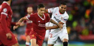Foto: Gelandang Liverpool Philippe Coutoinho (kiri) diadang bek Sevilla Gabriel Mercado (kanan) (Foto: AFP/Paul Ellis)