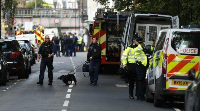 Polisi berada di sekitar lokasi terjadinya serangan ledakan di stasiun bawah tanah Parsons Green, London. (AP Photo/Kirsty Wigglesworth)