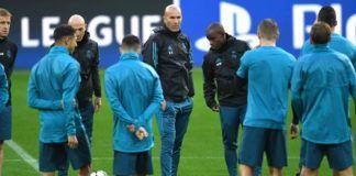 Foto: Pelatih Real Madrid, Zinedine Zidane, memberikan arahan kepada anak asuhnya saat sesi latihan jelang laga Liga Champions di Dortmund, Senin (25/9). Real Madrid akan berhadapan dengan Borussia Dortmund. (AFP/Patrik Stollarz)