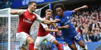 Bek Arsenal Sead Kolasinac (kiri) berusaha mengadang pergerakan gelandang Chelsea Willian di Stamford Bridge, Minggu (17/9) (AFP PHOTO / Glyn KIRK)