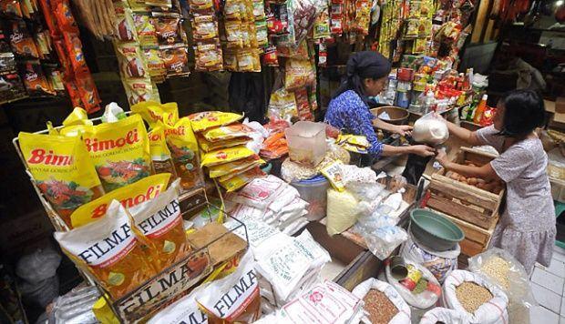Foto: Pedagang sembako melayani pembeli.
