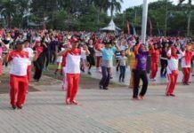 Foto: Walikota Medan, Drs H T Dzulmi Eldin S M.Si dan Ketua Yayasan Jantung Indonesia Sumut Hj Rita Maharani Dzulmi Eldin bersama warga Medan mengikuti senam jantung sehat, di Lapangan Merdeka, Minggu (17/9).