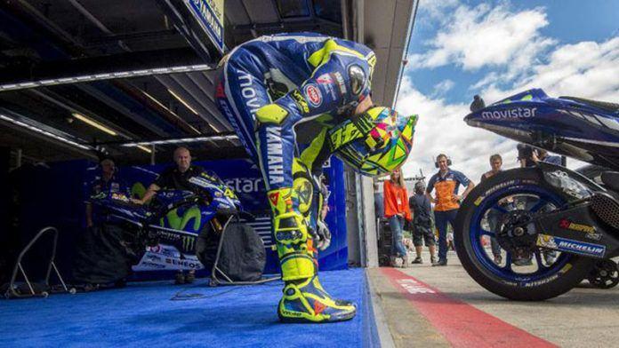 Valentino Rossi mengalami patah kaki akibat kecelakaan latihan off-road di Urbino. (AFP PHOTO / JOE KLAMAR)