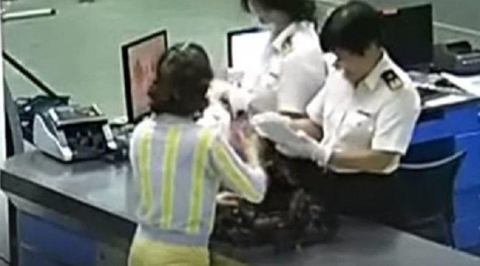 Petugas bandara mengamankan wanita yang membawa berlian di dalam bra. (CGTN)