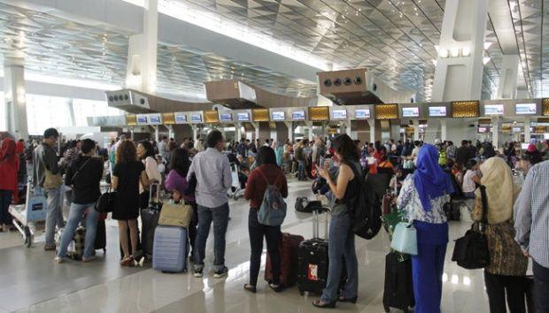 Foto: Ratusan penumpang pesawat terbang antri menunggu keberangkatan.