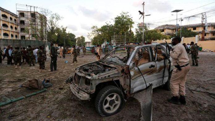 Dua bom mobil meledak dalam wilayah terpisah di ibukota Somalia, Mogadishu, menewaskan setidaknya 22 orang dan melukai beberapa lainnya. (Reuters/Feisal Omar)
