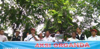 Foto: Sejumlah truk dan para awak supir angkutan khusus Pelabuhan Belawan bersama Organisasi Angkutan Darat (Organda) Provinsi Sumatera Utara mendatangi gedung DPRD Provinsi Sumatera Utara.